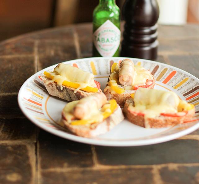 チーズとソーセージの-オープンサンド