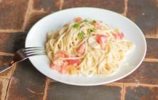 トマトとチーズとバジルの-クリームパスタ