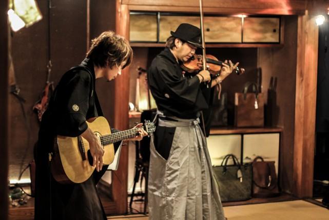 ヴァイオリニスト 竜馬とギタリスト YUTAKA